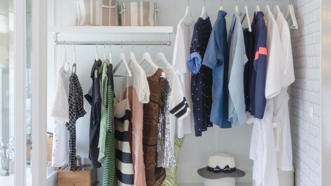 Weiße Garderobe